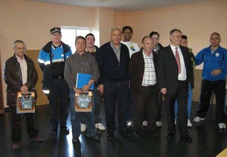El alcalde y el concejal de deportes junto al personal de Asepeyo que impartió el curso y los funcionarios que recibieron la formación