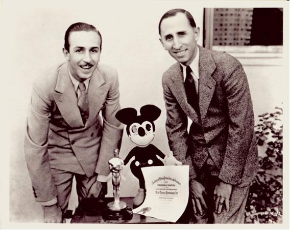 Walt Disney y su hermano Roy con su primer oscar