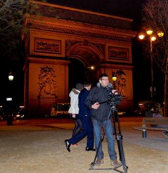 El director delante del Arco del Triunfo de París