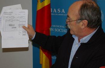 El alcalde muestra la factura con la conformidad