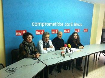 Un momento de la rueda de prensa con el secretario comarcal, Santiago Rodríguez, y las concejalas Nancy Prada y Silvia Cao