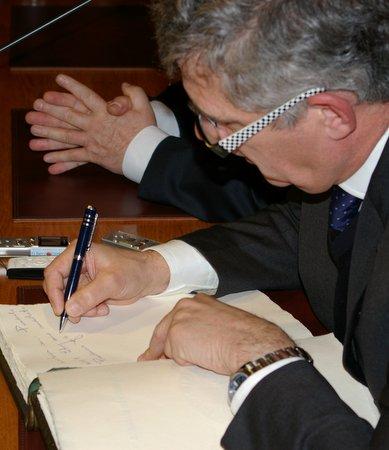 Villar firmó en el Libro de Honor