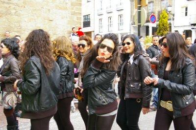 Uno de los grupos participantes, anunciando el carnaval