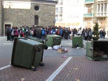 Los estudiantes cargaron con contenedores y lanzaron huevos contra la fachada del Ayuntamiento