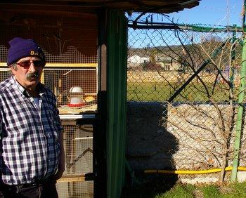 Ángel, uno de los vecinos, en la finca donde han entrado en seis ocasiones