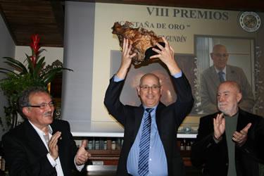El periodista José Antonio Álvarez recibiendo la Castaña de Oro
