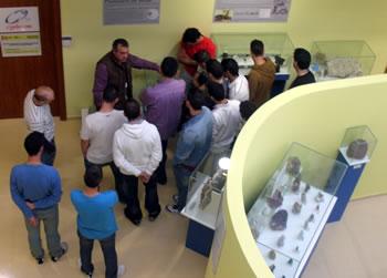 Visita de Proyecto Hombre a la sala de mineralogía en el museo Alto Bierzo