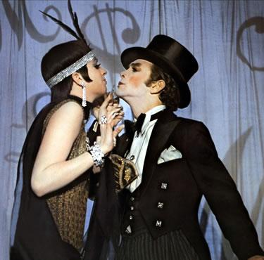 Liza Minnelli y Joel Grey en una escena de la película