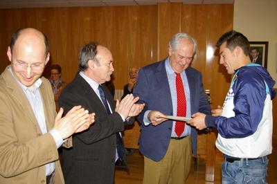 El director del Taller de Empleo, con el alcalde y delegado de la Junta, entregando un diploma