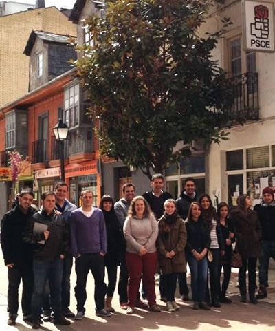 Foto de grupo frente a la sede socialista en Bembibre