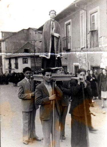 Sanjuanín encabezando la procesión a finales de la década de los 40