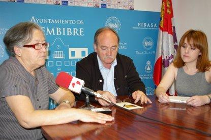 Yolanda Busto, con el alcalde y la concejala de Bienestar Social