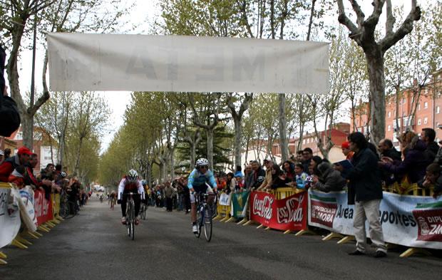 Raúl Camino entrando primero en la meta de Zamora