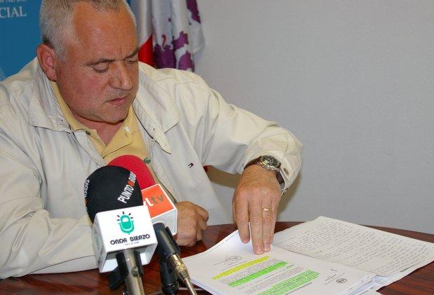 El portavoz Roberto Fernández repasando la documentación