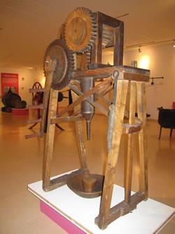 La embutidora de madera es una de las piezas emblemáticas del museo