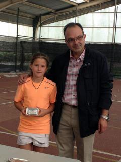Raquel Villán con el trofeo de subcampeona de Castilla y León junto al secretario de la Federación de Tenis de CyL