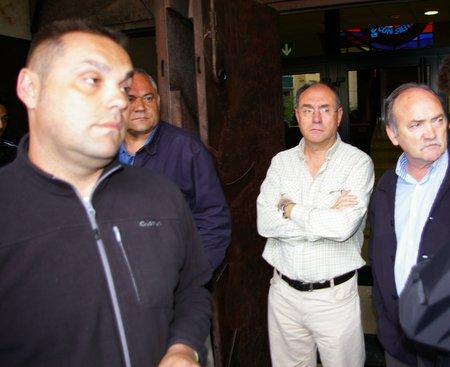 El portavoz del comité intercentros y el alcalde, después de la reunión
