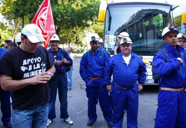 Los mineros reivindican su futuro en las manifestaciones ataviados con sus monos de trabajo