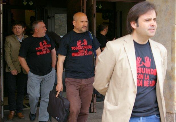 Los encerrados salen del Ayuntamiento acompañados por Celestino Rodríguez y Samuel Folgueral