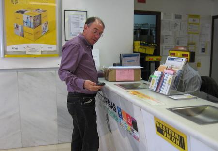 El concejal en la oficina de Correos consignando el envío