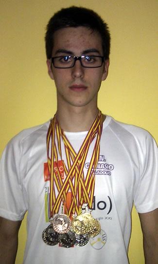 Cristian Prada con las 9 medallas conseguidas en los campeonatos de Castilla y León Junior y Absoluto