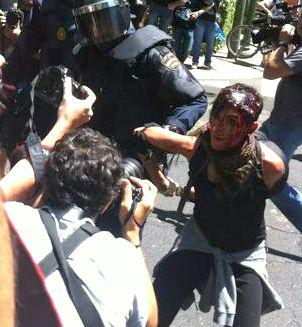 Una mujer herida en el momento en que es detenida. Foto: G. Courel