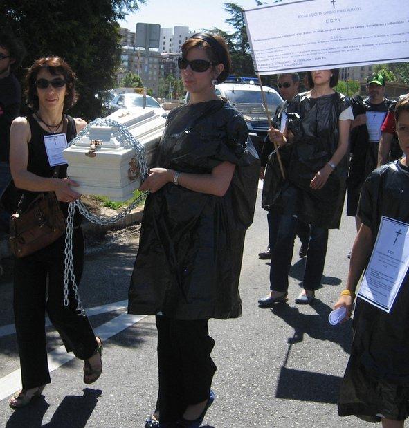 Trabajadores del Ecyl representan el funeral del servicio público de empleo