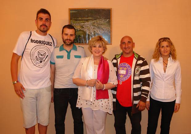 Karina con los miembros de la Comisión de Fiestas