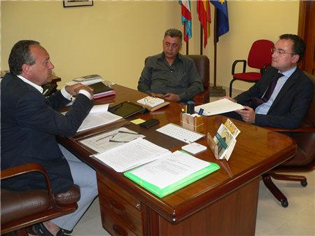 El director de protección civil con el presidente Alfonso Arias y el consejero Manuel Gómez