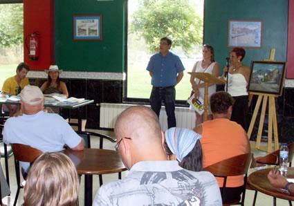 Amparo Villadangos y Gloria Castro junto a Xuasús González en el acto de presentación