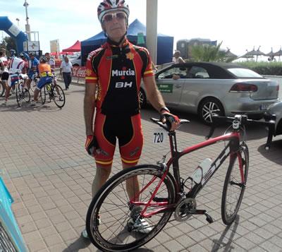 Rafa Navarro con el traje del equipo español