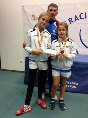 Raquel Villán junto a su compañera Alba Pacios y el capitán del equipo Justino Villán