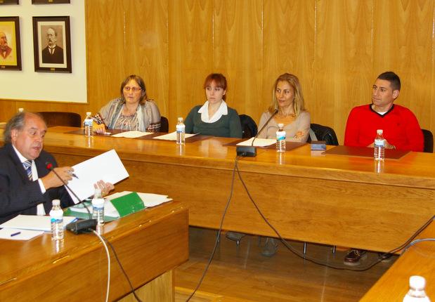 El concejal César Ferrero, a la derecha, ocupó este martes su asiento en el Pleno