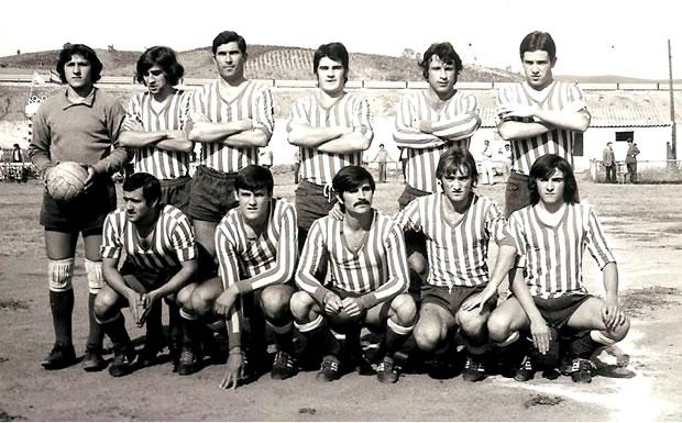 De pie: Luis, Neira, Modesto,David, Gelin, Jesús Piñeiro. Agachados: Valdivieso, Serafín, Páez, Otero(el alcalde),Paco Díaz. Temporada 1973/1974