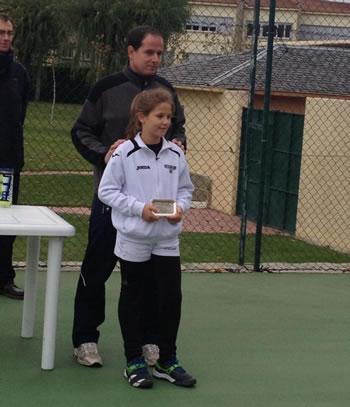 Raquel Villán recibiendo el trofeo en Ávila