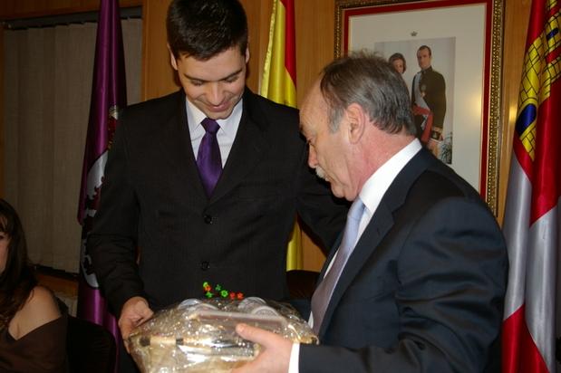 El mantenedor recibió de manos del alcalde una muestra de productos bercianos