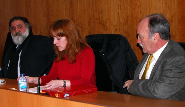 Javier Pérez Andrés junto a la concejala de cultura Laura Álvarez, y el alcalde de Bembibre Manuel Otero