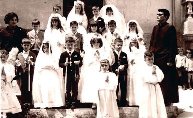 Arturo Cabo en Folgoso con los niños de Primera Comunión - 1968. Foto: folgoso.com