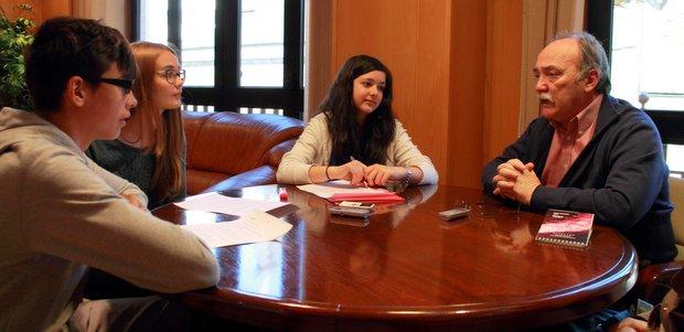 El grupo de trabajo en la entrevista al alcalde que se emitirá el viernes
