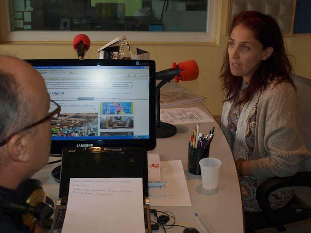 La presidenta de la asociación, Cristina Veiga, en los micrófonos de FM Bierzo