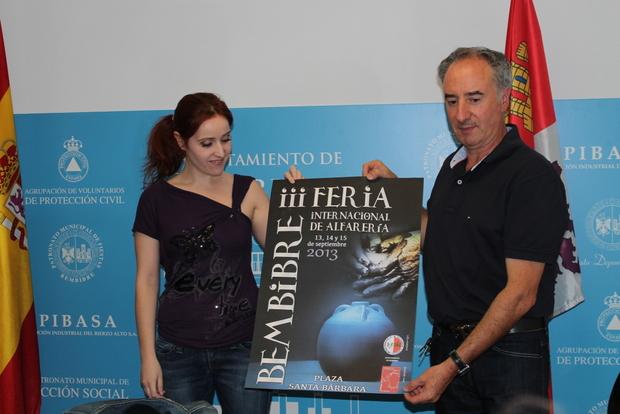 La concejala Laura Álvarez con el organizador de la Feria, Miguel Ángel González
