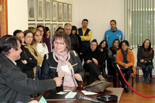 Una madre recoge el cheque de la mano del alcalde, José Antonio García