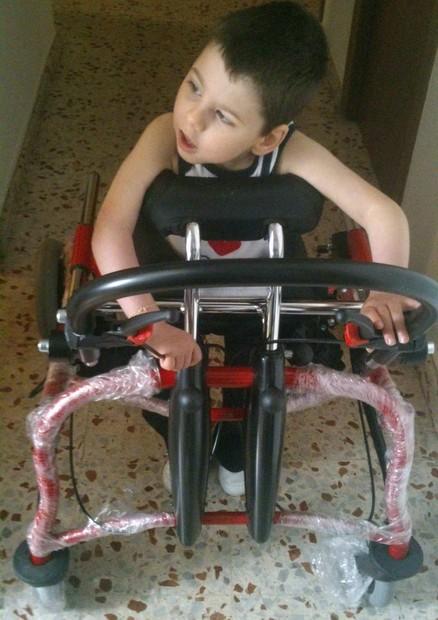 El pequeño Alejandro en su casa con su nuevo andador