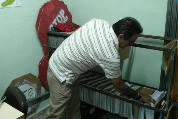 El coordinador de Stop Desahucios busca entre los expedientes abiertos en El Bierzo