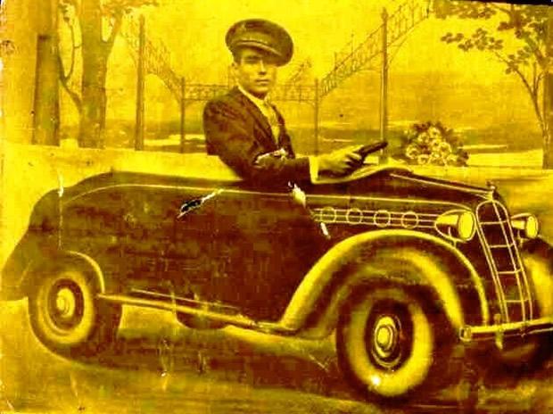 Albino Torres Barredo fotografiado con la maqueta de un automóvil de tela - Plaza Mayor (Bembibre) (Modelo Studebaker)