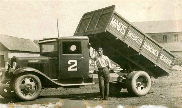 Aladino Ardura Suárez con la camioneta de Antracitas Quiñones, S. A. (Boeza) Depósito de Carbón de La Estación (Bembibre) (Chevrolet/Matricula LE 2420)