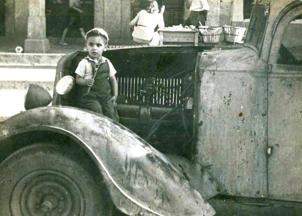 José Antonio Ardura Castellanos arreglando la furgoneta de su padre - Plaza Mayor (Bembibre) (Modelo Grand Peige/Matricula BU 3060)