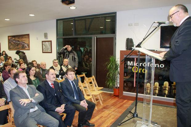 El mantenedor, en primera fila, con los alcaldes de Castropodame y Congosto