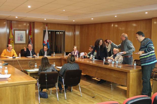 En la imagen, un momento de una sesión plenaria en que el PSOE abandona el salón de plenos