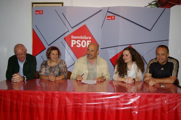Amparo Villadangos, segunda por la izquierda, en una rueda de prensa del PSOE. Archivo.